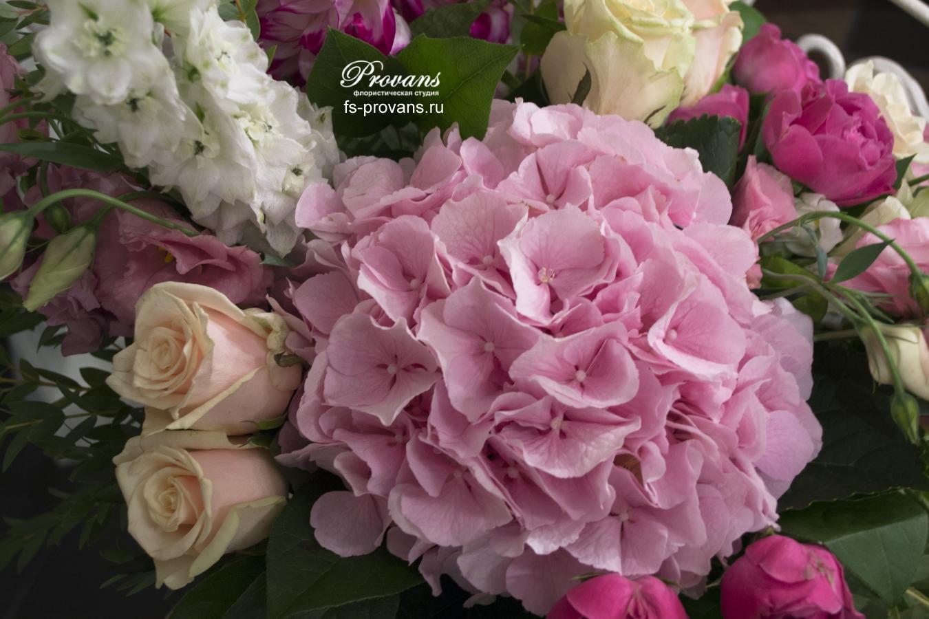 Воздушный букет на юбилей. Гортензия, пионовидные розы, дельфиниум, георгины