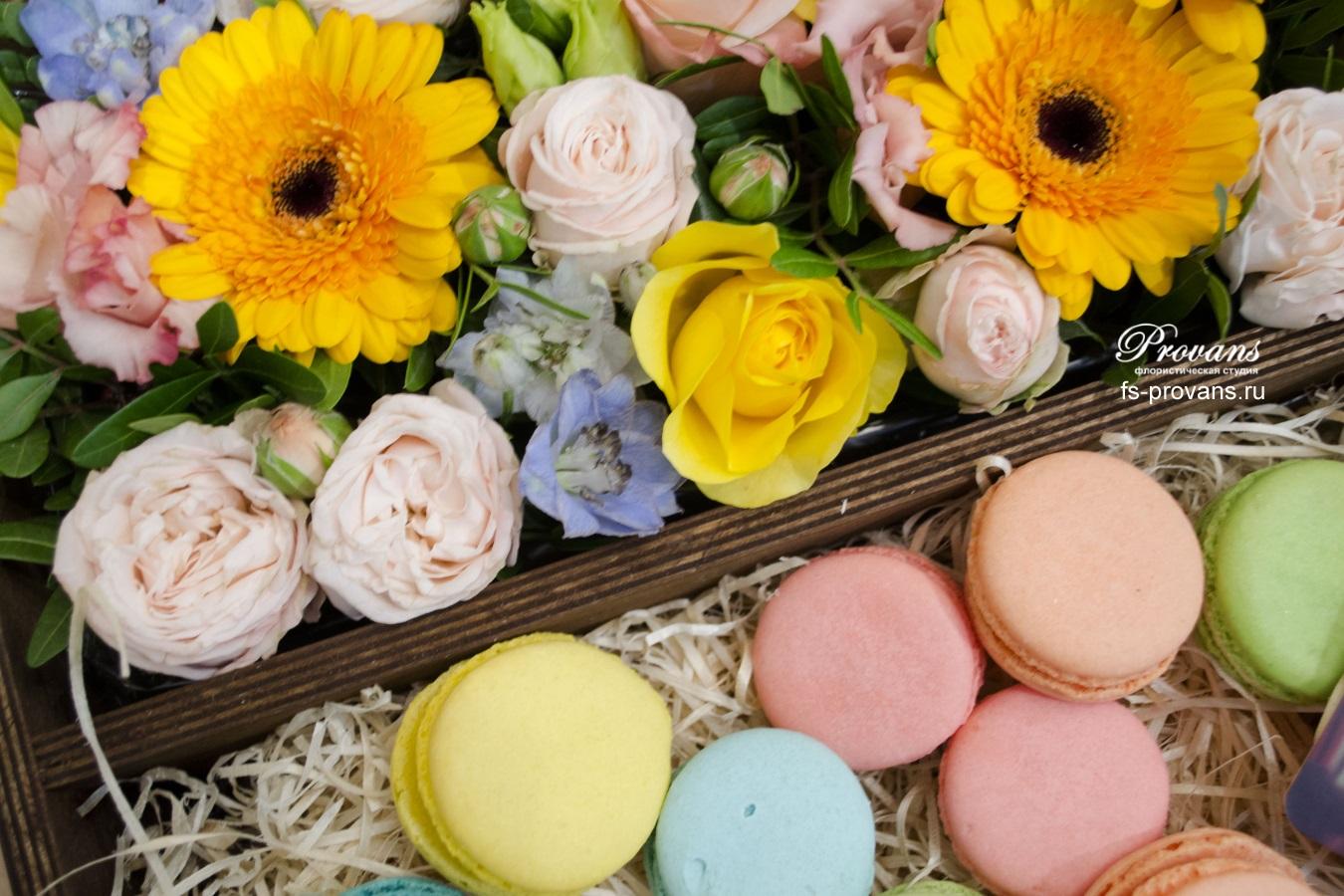 Подарок на юбилей. Цветы и сладости в коробке