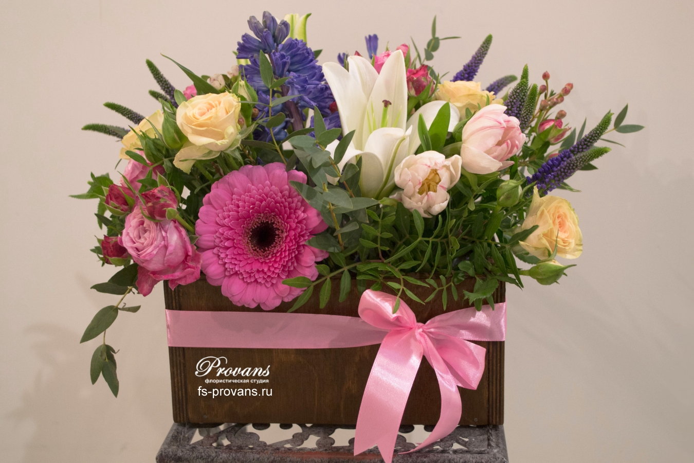 Композиция с цветами для мамы