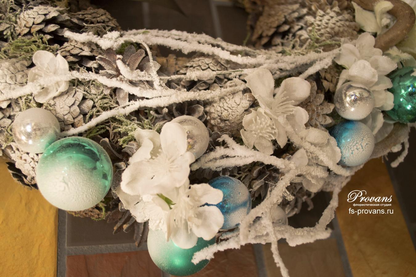 Новогодний венок. Еловые шишки и декор