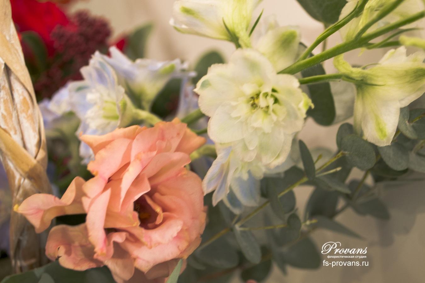 Корзина с цветами. Лютики, нарциссы, анемоны, розы, тюльпаны, дельфиниум