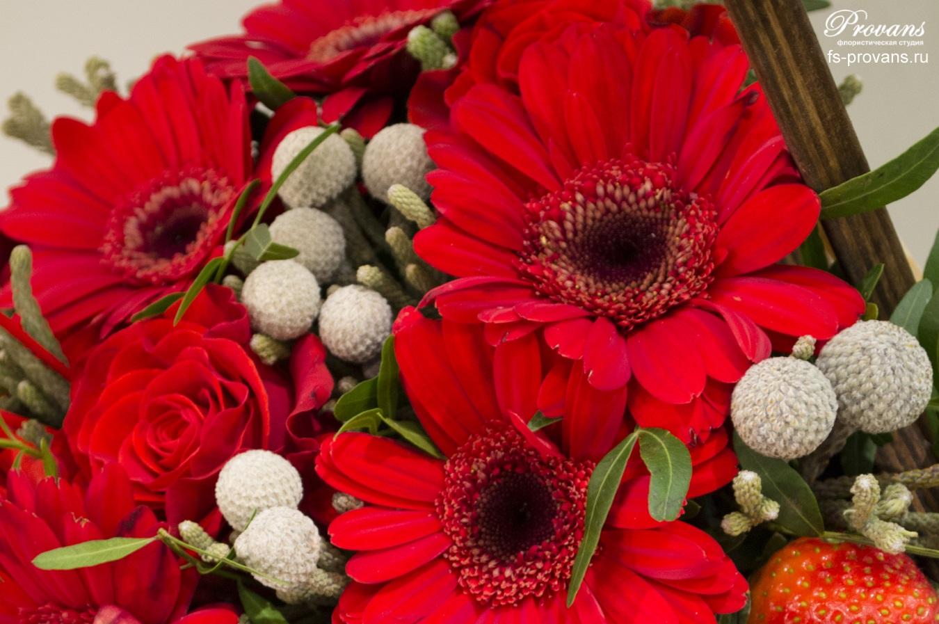 Композиция для влюбленных. Герберы, розы и клубника