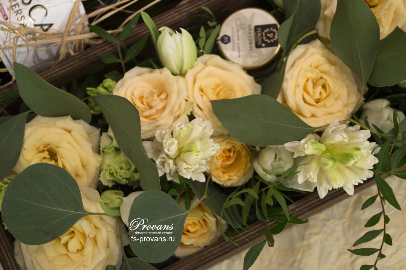 Цветы в коробке. Розы, гиацинты, эустома