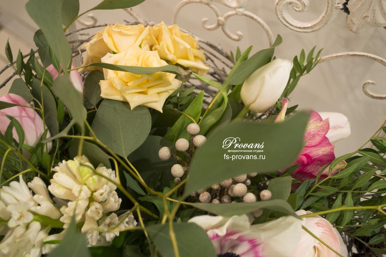 Букет на каркасе. Анемоны, гиацинты, лютики, розы, тюльпаны