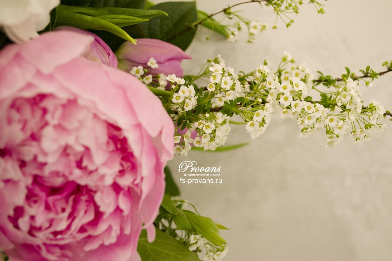 Букет на день рождения. Сирень, пионы, розы, матиола