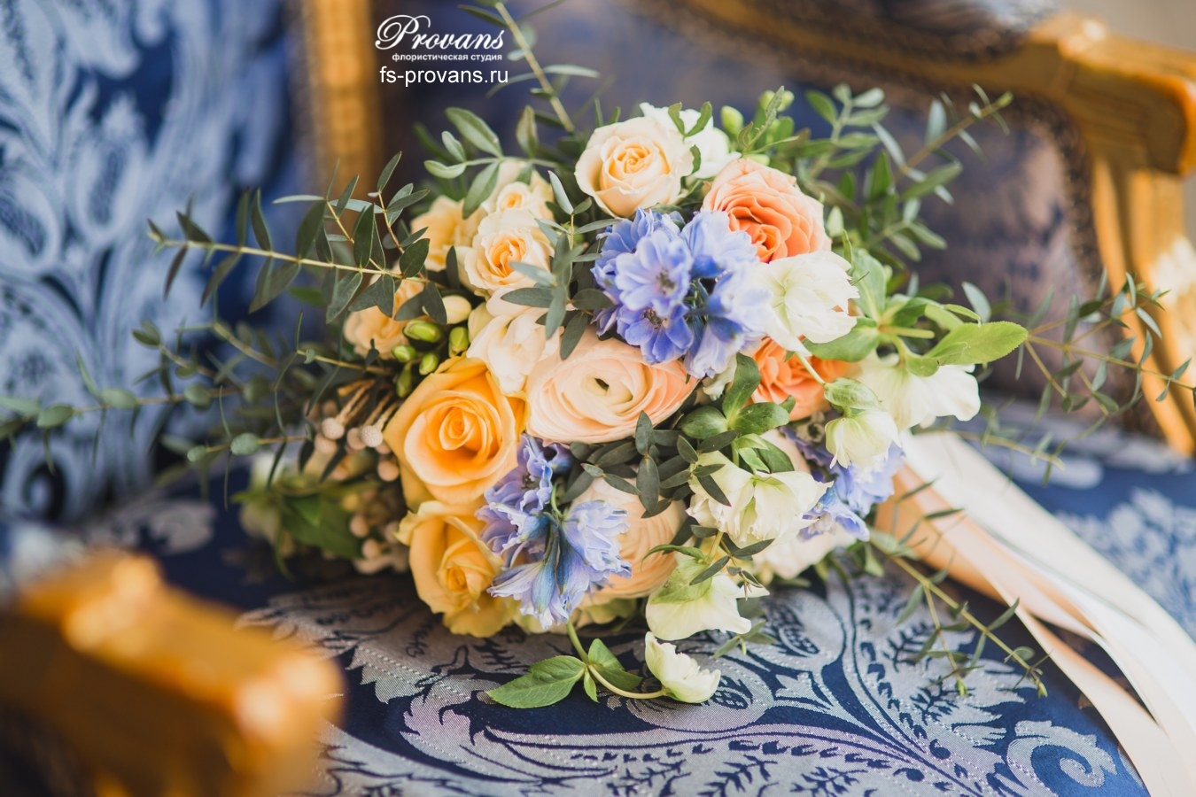 Букет невесты. Дельфиниум, розы, лютики, хелеборус