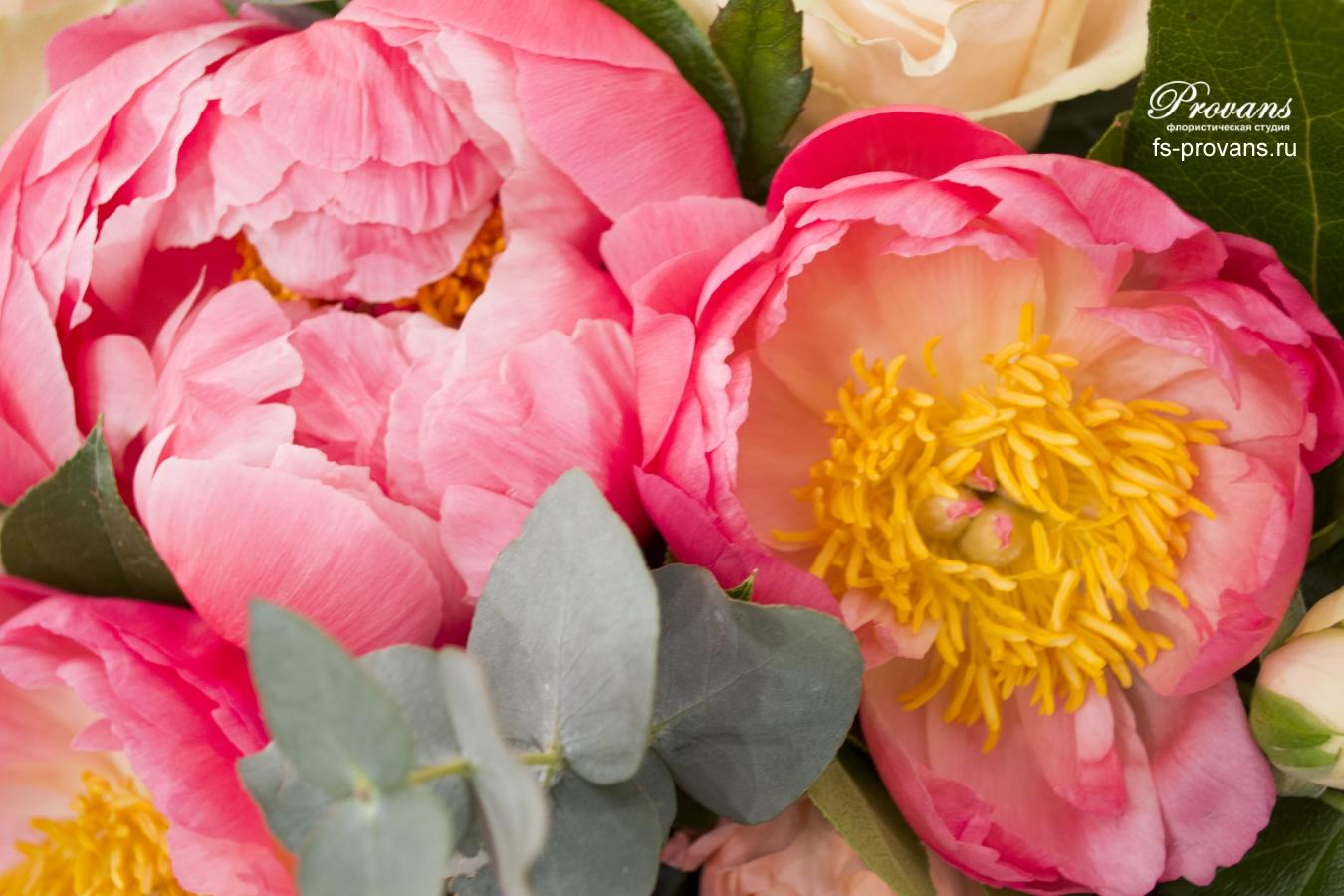 Букет на день матери. Пионы, пионовидные розы, эвкалипт