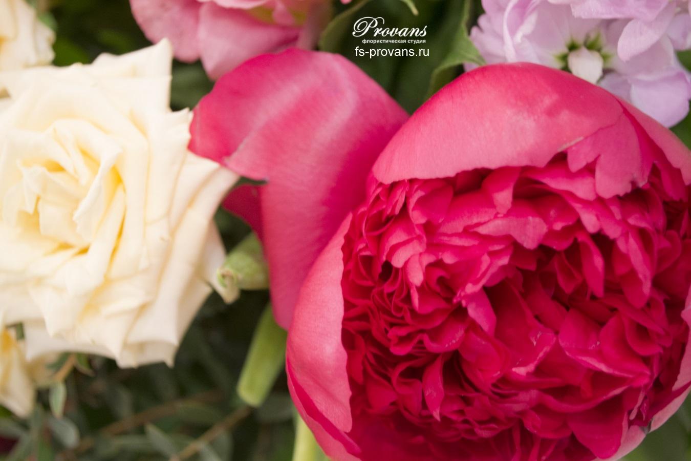 Букет на день рождения. Пионы, розы, эустома, тюльпаны