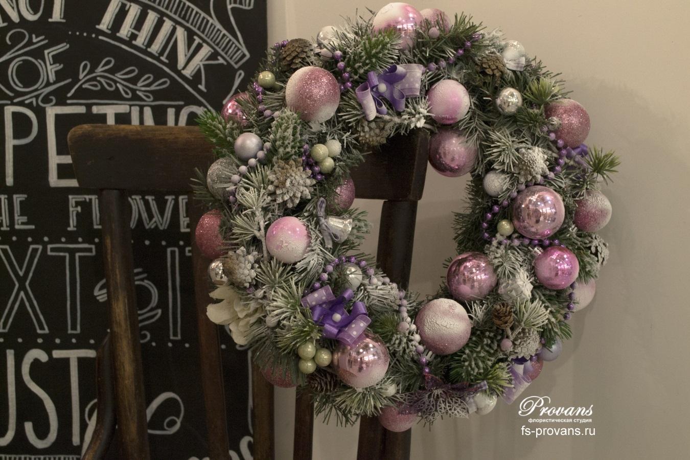 Розовый венок на новый год